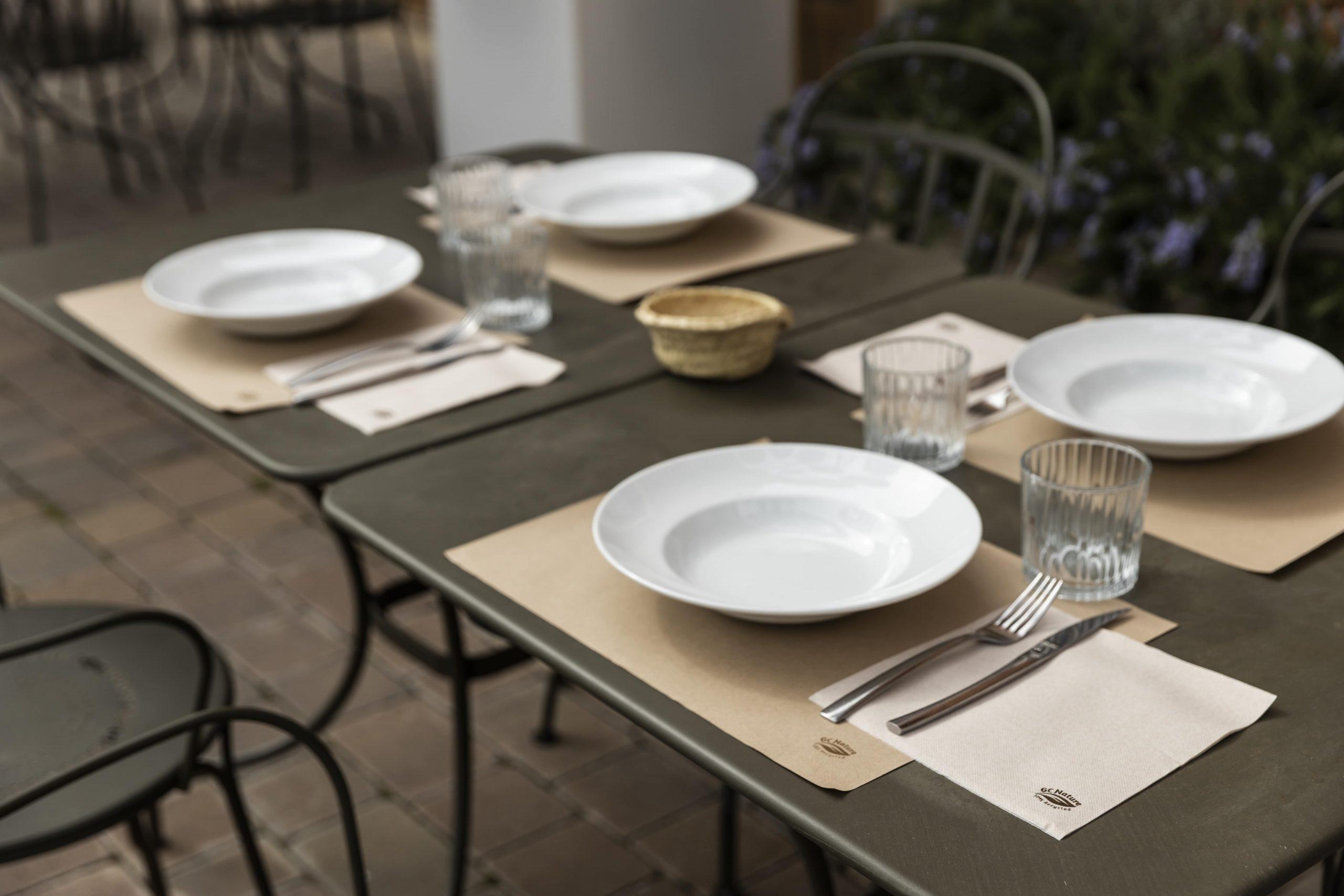 sostenible mesa con manteles y servilletas de papel